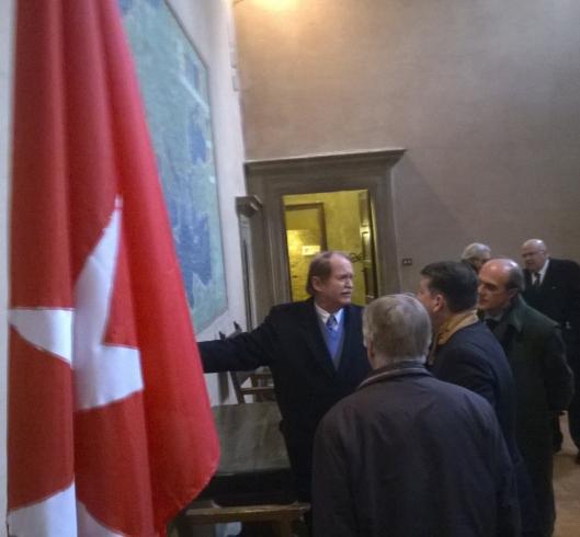 S.E. Frà Giacomo dalla Torre del Tempio di Sanguinetto mostra a S.A.R. il Duca di Bragança gli affreschi con mappe storiche dell'Ordine nel Palazzo romano  dei Cavalieri di Rodi.
